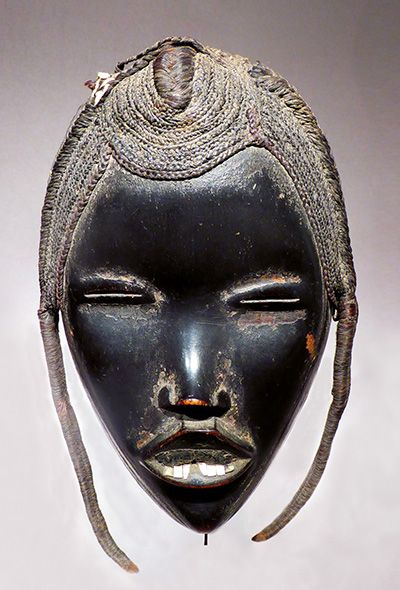 Mask go Ge Dan, western Côte d'Ivoire early twentieth century. Wood, metal, plant fibers and hair - 26 x 14 cm © Dandrieu - Giovagnoni, photo gallery of the Archives.