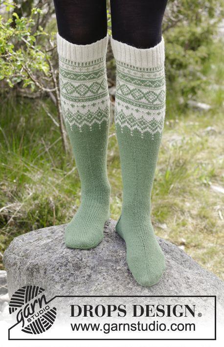 Stickade knästrumpor med flerfärgat norskt mönster. Storlek 35 - 43. Arbetet är stickat i DROPS Flora.