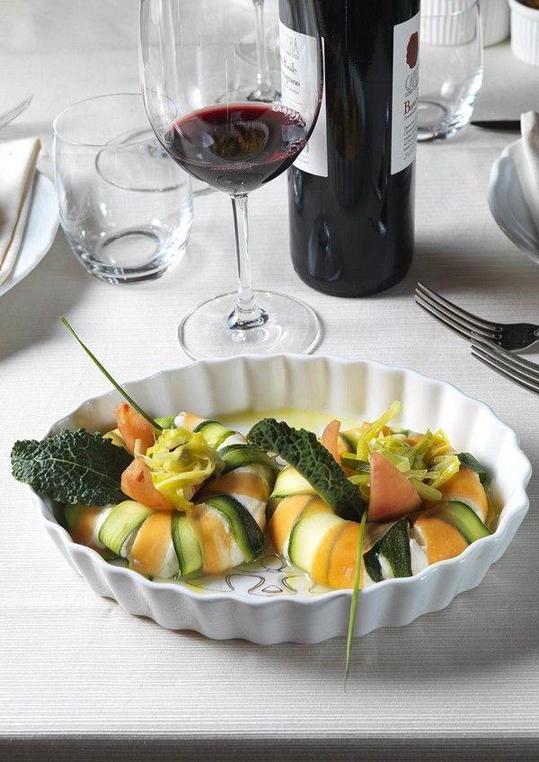 Timballo di ricotta di pecora e timo e verdura di stagione disposto all'interno di una pirofila della Collezione Cocotte by Car Solidale