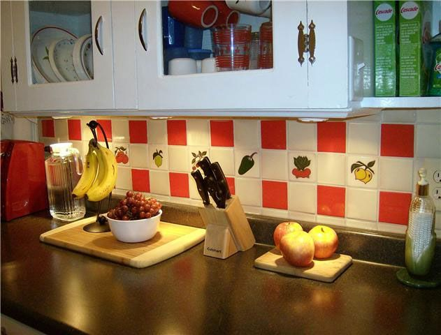 kitchen tiles with fruit design. kitchen backsplash decorated with plain color tiles and talavera fruit designs. design i