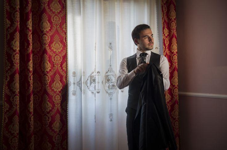 wedding pose ritratto ambientato a casa www.alessandrocorongiu.it #photography#wedding#sardegna#sposa#fotografo #matrimonio#cagliari#photo#incontro#Sardinia#photographer#magicmoment#italy#atmosfera#reportage#originale #professional#reportage#color#portrait#man#sposo