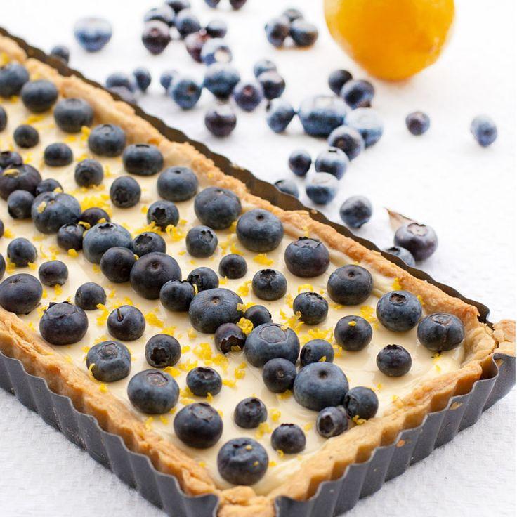 Kombinationen citron och blåbär är en riktig hit! Det här en paj som jag återkommer till ofta för att den är så lätt att göra och smakar rent ljuvligt! Att den är enkel att lyckas med är en bonus. Beroende på den lemon curd som används så blir färgen på fyllningen lite olika gul – […]