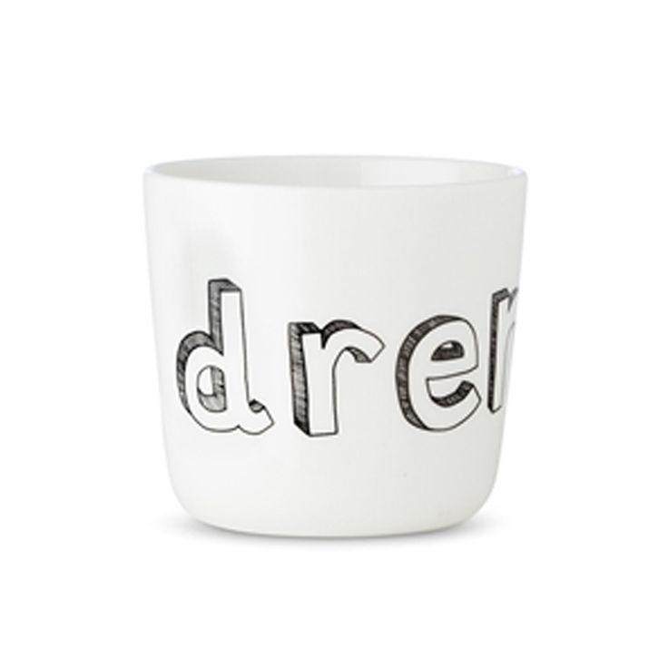 Smuk og enkel keramik kopfra Liebe. Koppen er hvid med teksten DRENGi håndtegnet look. Rigtig god idé dåbsgave Måler 7 cm i højden og 7,5 cm i diameter Tåler opvaskemaskine