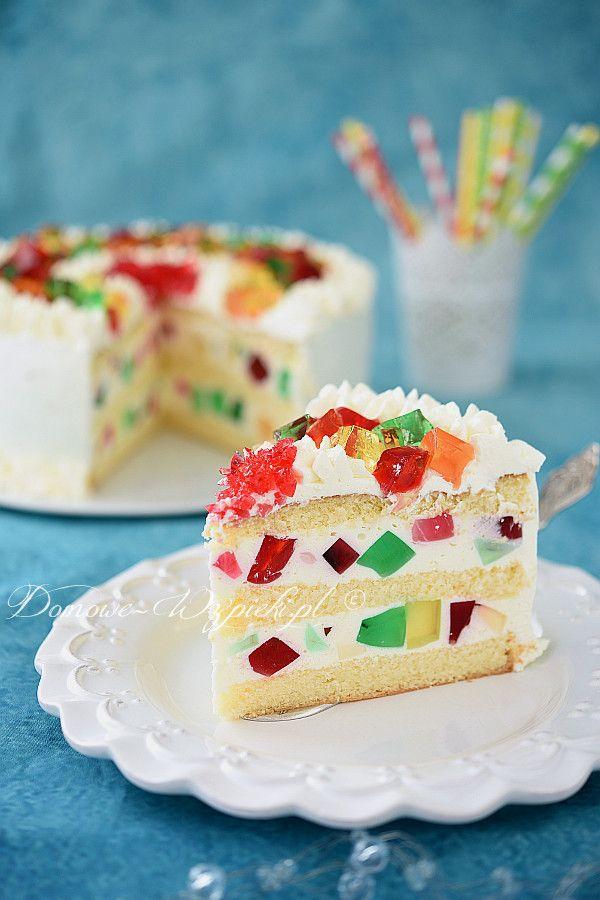 Lekki tort biszkoptowy z grubą warstwą lekkiej, nie za słodkiej pianki jogurtowo- śmietankowej z kawałkami różnokolorowych galaretek. Tort udekorowany jest...