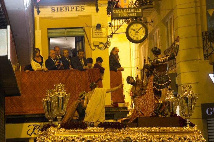 Paso de la Coronación de Espinas (Valle) por la calle Sierpes. Sevilla. Jueves Santo 2013. Foto Eduardo Briones.