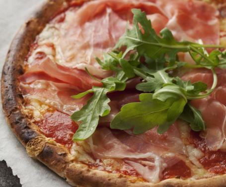 Grazie a questa ricetta potete preparare una squisita pizza al prosciutto cotto anche per i più piccini intolleranti al glutine, utilizzando la farina di riso.