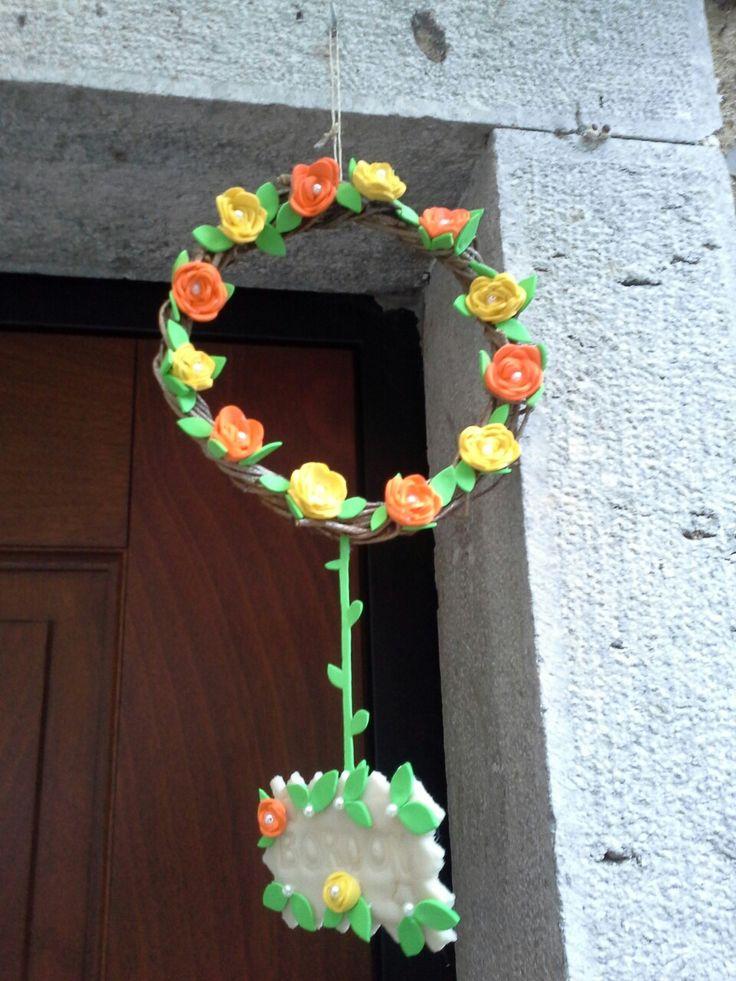Fuoriporta di edera , fiori di carta crepla e perline.la targhetta con nome della famiglia e' in pasta di mais