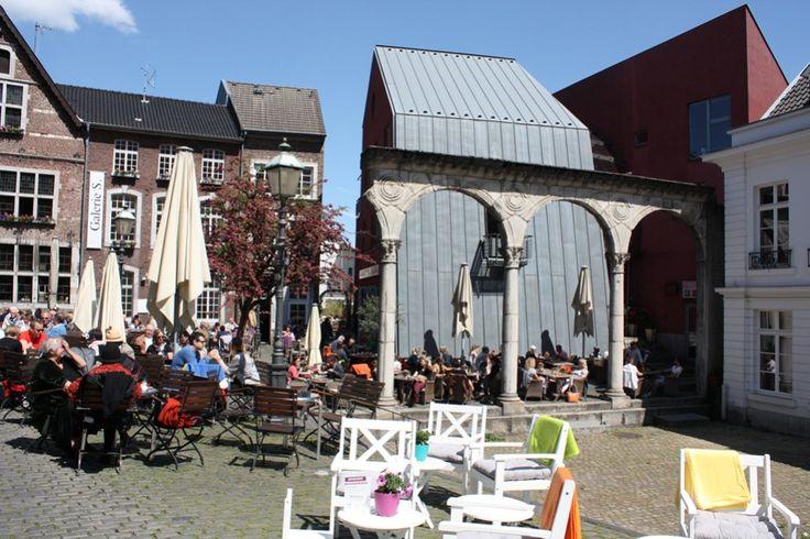 Der Hof in Aachen - Treffpunkt für Kaffee-Freunde http://www.travelworldonline.de/traveller/aachen-ein-spaziergang-durch-die-altstadt/?utm_content=bufferdc036&utm_medium=social&utm_source=pinterest.com&utm_campaign=buffer ... #deinNRW #Aachen #Hof