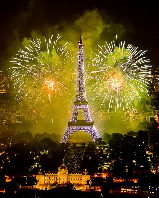 Feu dartifice du 14 juillet 2011 sur le sites de la Tour Eiffel et du Trocadéro à Paris vu de la Tour Montparnasse - Fireworks on Eiffel Tower | Flickr: Intercambio de fotos