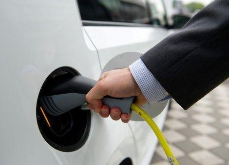 Het slaat nergens op dat leaserijders in Nederland minder bijtelling betalen als ze een elektrische of hybride auto rijden. Geef liever particulieren een zak geld voor een elektrische auto, schrijft Z24′s Thijs Peters. http://www.z24.nl/ondernemen/geen-lage-bijtelling-maar-zak-geld-voor-particulier-bij-aanschaf-elektrisch-auto-462391