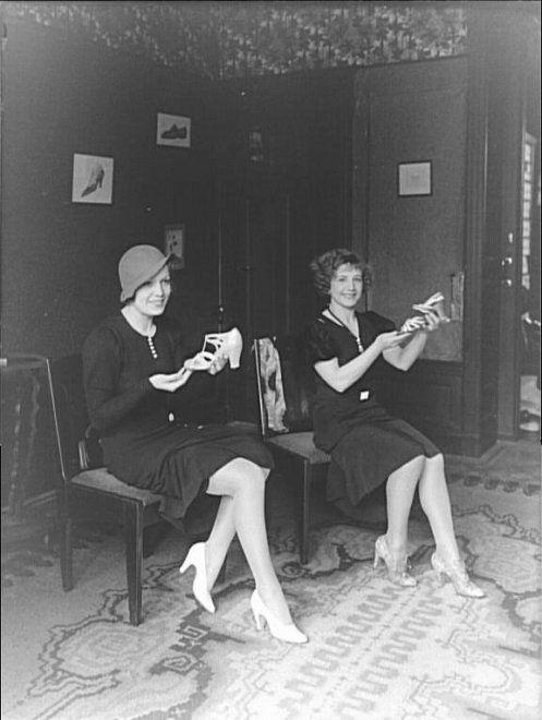 2 dames in een schoenenwinkel den haag 1935