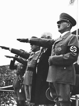 Adolf Hitler saúda a bandeira Olímpica na abertura dos Jogos Olímpicos em Berlim. Alemanha, 1° de agosto de 1936.