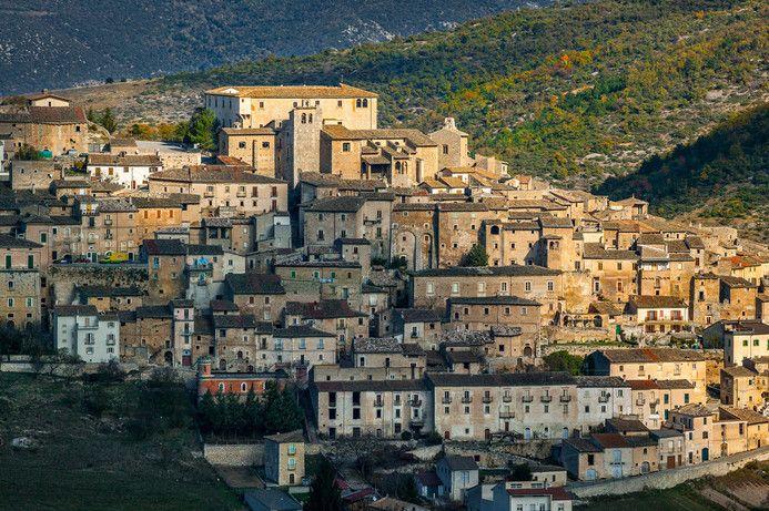 Panorama di Navelli visto dalla montagna di fronte durante una bella passeggiata autunnale #abruzzo #travel #italy #navelli #zafferano #borghipiubelliditalia #borgo #abruzzosegreto