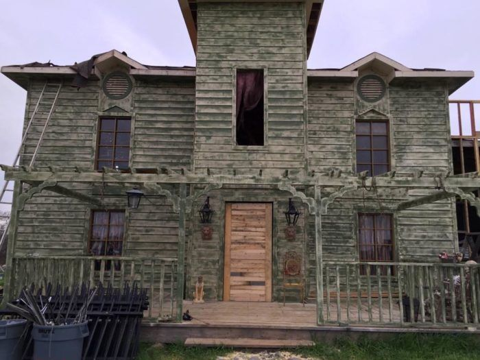 An Old Funeral Home The Parker House In Texas Is Now A Terrifying Haunted House Haunted House Funeral Home Parker House