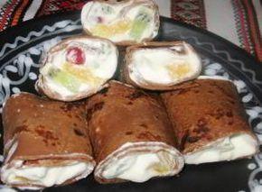 Шоколадные блины со взбитыми сливками и фруктами Для блинов: - молоко – 750 мл - мука – 300 г - яйца – 3 шт. - какао-порошок – 1 столовая ложка с верхом - шоколад черный – 100 г - сахарная пудра – 2 ст. ложки - масло растительное для смазывания сковороды  Для начинки: - сливки густые – 0,5 л - сахар – 2 ст. ложки - киви – 2 шт. - апельсин – 1 шт. - клюква – 2 ст. ложки