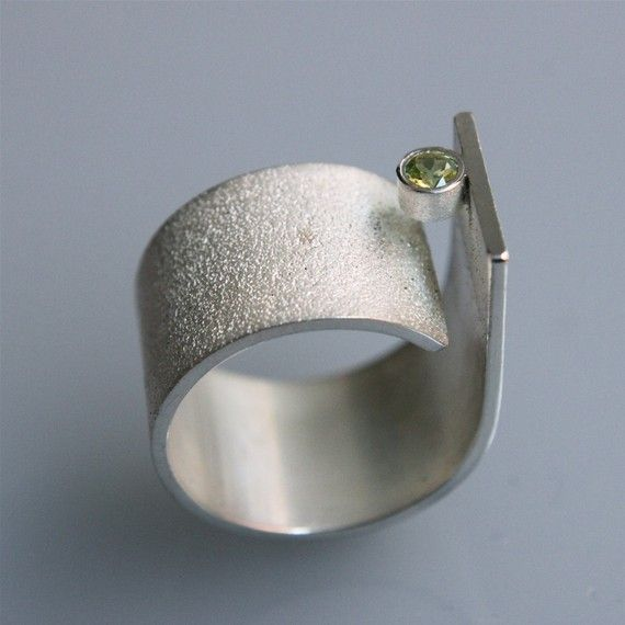 Hedendaagse minimalistische handgemaakte ring voor hem en haar!  Deze ring is gemaakt van sterling zilver en heeft een 3mm peridoot. Het is zeer