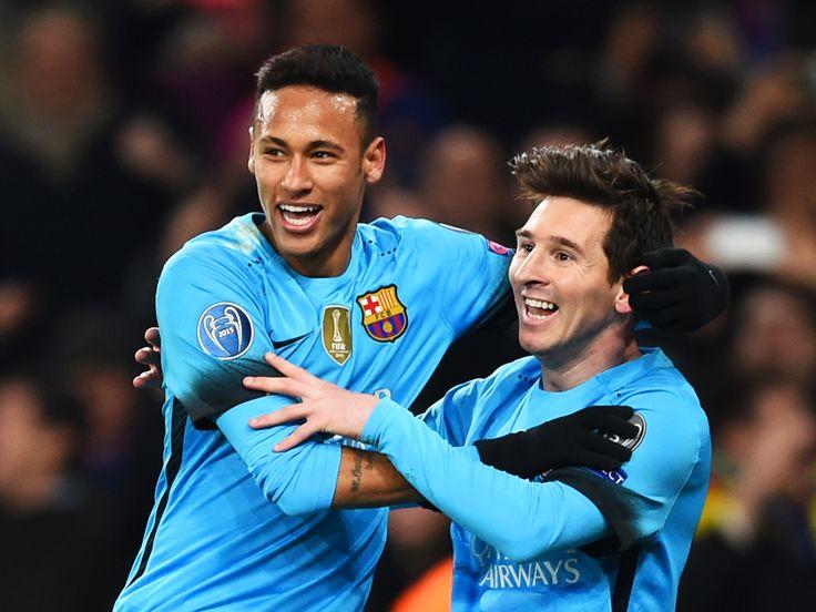 Lionel Messi e Neymar comemoram, na vitória do Barcelona sobre o Arsenal, por 2 a 0, no Emirates Stadium, pelo primeiro jogo das oitavas de final da Liga dos Campeões da UEFA, nesta terça-feira (23)