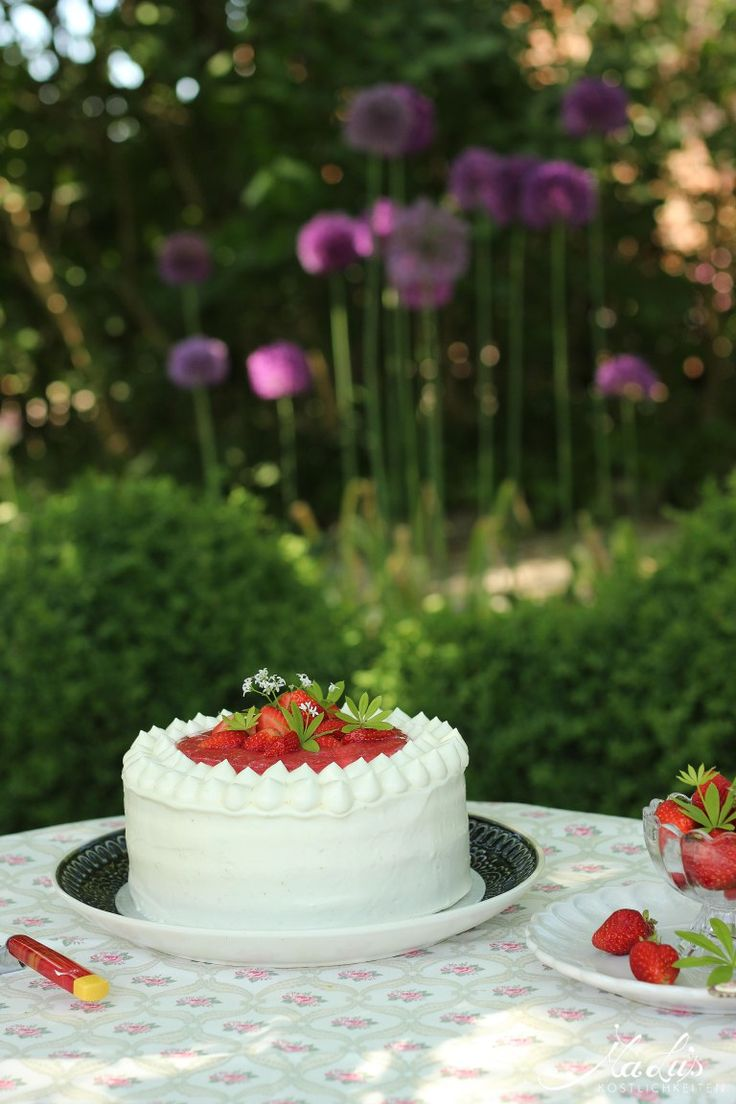 Waldmeistertorte mit Erdbeeren