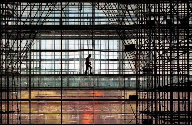 A próxima Trienal de Arquitectura de Lisboa regressa à forma para pensar o mundo | André Tavares e Diogo Seixas Lopes querem olhar para a arquitectura a partir da forma, lugar de síntese e de resolução de conflitos quando se trata de desenhar edifícios e construir cidades. Dois comissários-cúmplices para um programa que começa em Outubro de 2016.