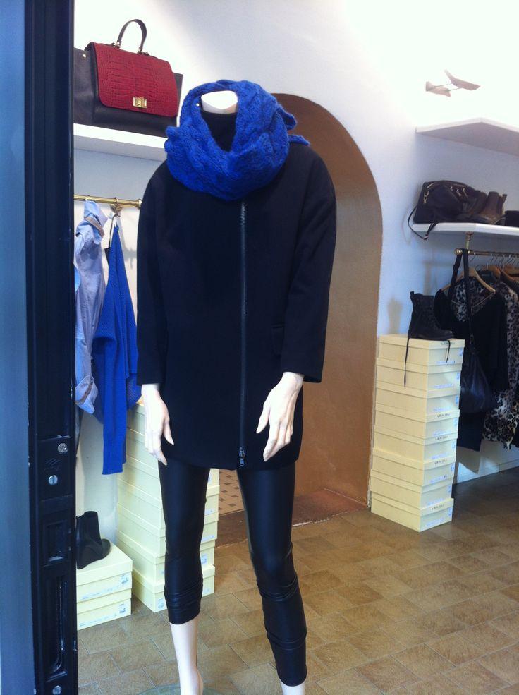 Outfit cappotto_leggings pelle_scaldacollo cobalto