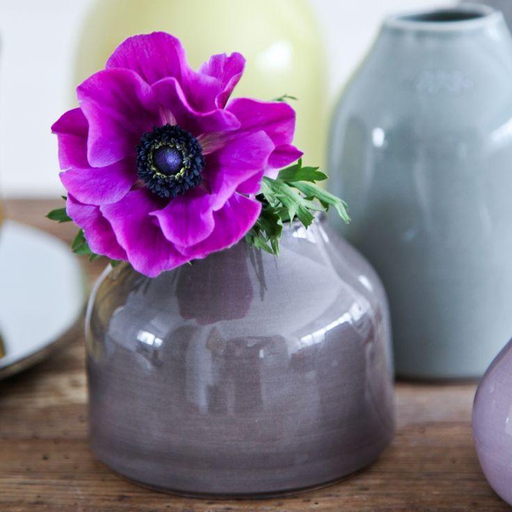 De smukke botanica vaser fra Kähler er designet til det moderne hjem. Botanica er en serie af vaser i fajance. De er Designet af Mette Bache & Barbara Bendix Becker.