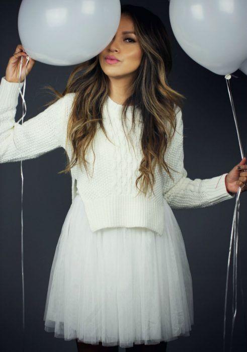 mujer con falda de tull blanca y globos