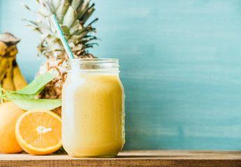 """PRESTAZIONI AL....TOP!  Eccoci al settimanale appuntamento della Salute Naturale. Oggi vi propongo un frullato che vi fa """"mettere le ali"""" per potenziare le vostre prestazioni soprattutto nello Sport.  1/4 di ananas+1 banana piccola+1 mela+2 cucchiai di pasta di tahini+2 cucchiai di yogurt magro con fermenti lattici vivi +1 cucchiaio di miele naturale  Tagliare l'ananas e insieme alla mela ponetelo nell'estrattore o nella centrifuga.  Mettere la banana, la"""