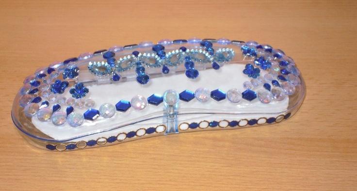 Sunshine Brillenetui blau - Brillenbox    Ein in liebevoller Handarbeit verziertes blaues Acryl-Brillenetui, wunderschön funkelnd und glitzernd - ein Unikat von Sunshine Design!  Dieses Brillenetui ist etwas ganz Besonderes und Einzigartiges.