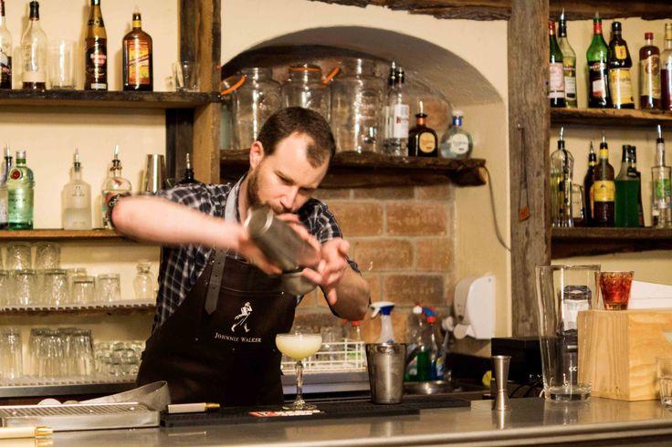 Partagez un moment unique entre amis au bar le Comptoir. Initiez-vous à l'art de a mixologie et épatez vos proches avec des cocktails surprenants.