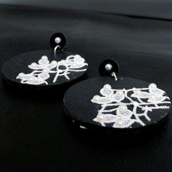 Orecchini in legno dipinto a mano color nero di FrancescaColautti, €22.00