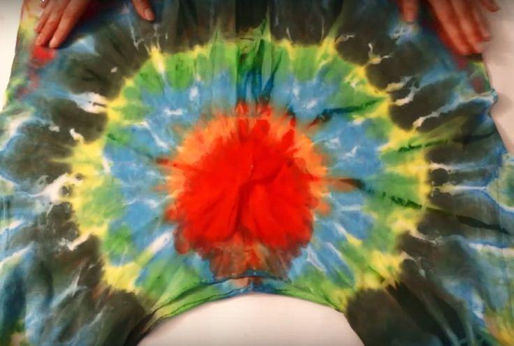 Чтобы превратить обычную хлопчатобумажную футболку в нарядную майку вам понадобятся: майка, краски для батика, кисти, канцелярские резинки и шприц.