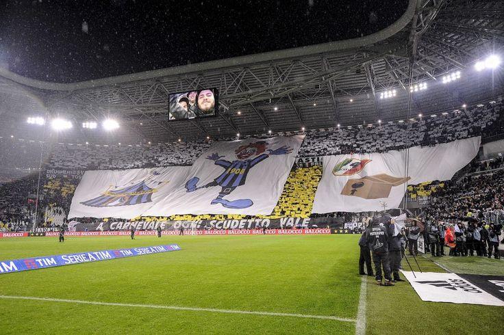 Juve-Inter, coreografia sarcastica dei tifosi bianconeri: scudetto 2006 è da clown