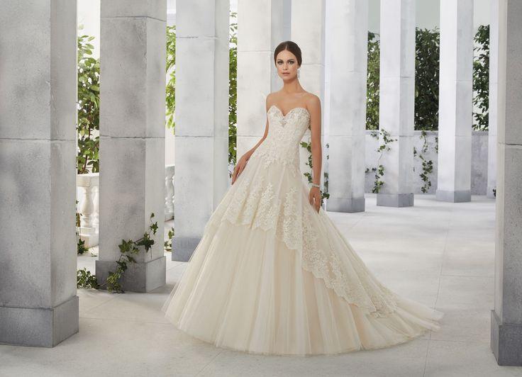 FRANCISCA Połączenie koronek i błysku suknia ślubnej Madeline Gardner z dekoltem serce Przedłużony, idealnie kształtujący figurę gorset. Dekolt w kształcie …