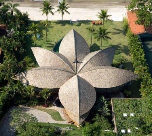 Casa Folha - Angra dos Reis, RJ, Brasil.  Inspiração em arquiteturas brasileiras indígenas, fruto de climas quentes. A cobertura funciona como uma grande folha que protege do sol todos os cômodos da casa, assim como os espaços livres entre eles.