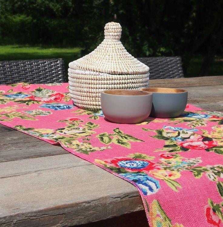 Wit rieten mandje, rijstkommen en roze tafelloper te koop in de webshop www.wereldswoonaccessoires.nl
