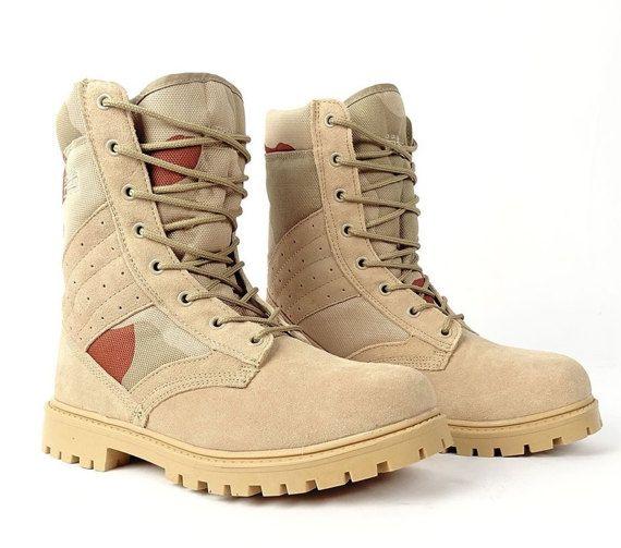 Estilo UNISEX botas con logos bordados, edición #RED desierto, esta vez sin rayas rojas contrastivas y con interesante solución para el refuerzo del tobillo. Fabricados en material ligero, transpirable. Suela blanda PU es muy elástico que trae el alto confort de conducción. Botas de estilo militar - diseño de doble rojo ropa Co.  MÁS INFO  Las botas están hechas de piel de terciopelo en combinación con textiles. Planta del pie está hecho de material sintético - poliuretano. Cuero tiene que…