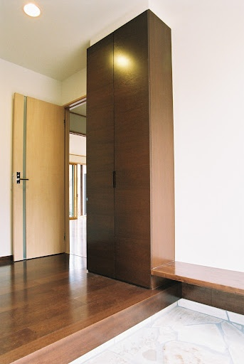 Onocom Design Center - Genkan, japanese entry way; to separate the outdoor dirt/mud from the rest of the home...