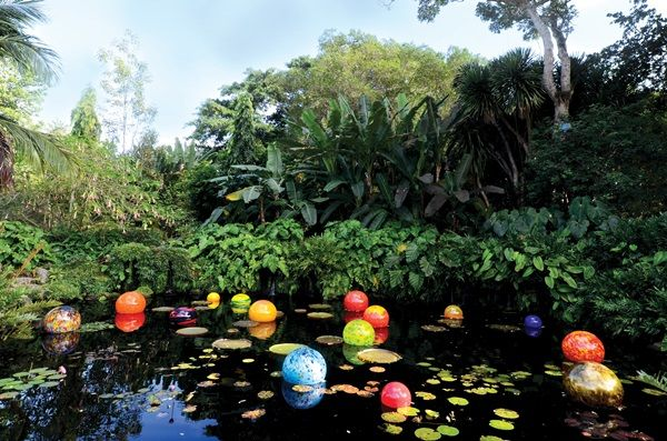 Dale Chihuly, Niijima Floats (2014).  Photo: Fairchild Tropical Botanical Garden.