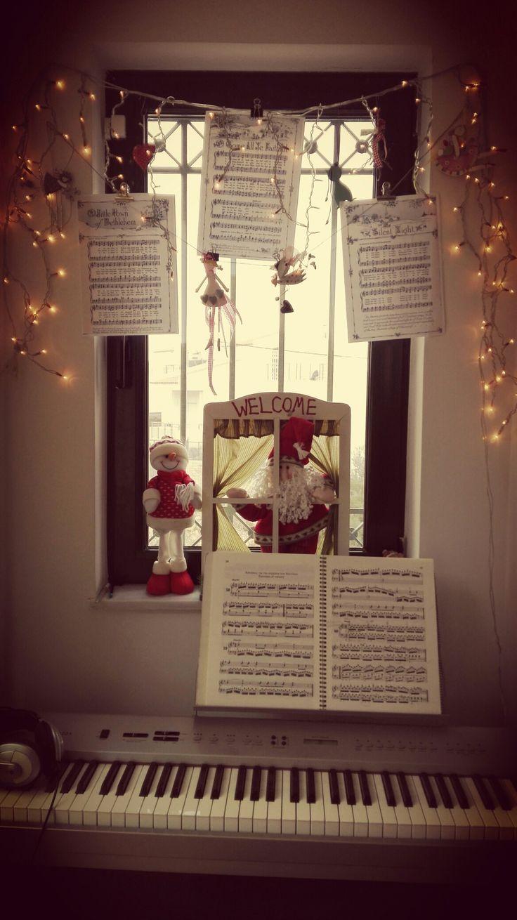 Αρκούν μερικές vintage παρτιτούρες με χριστουγεννιάτικα τραγουδια, μερικα λαμπάκια και στολίδια και η γωνιά του πιάνου παίρνει χρώμα Χριστουγέννων🎶🎹