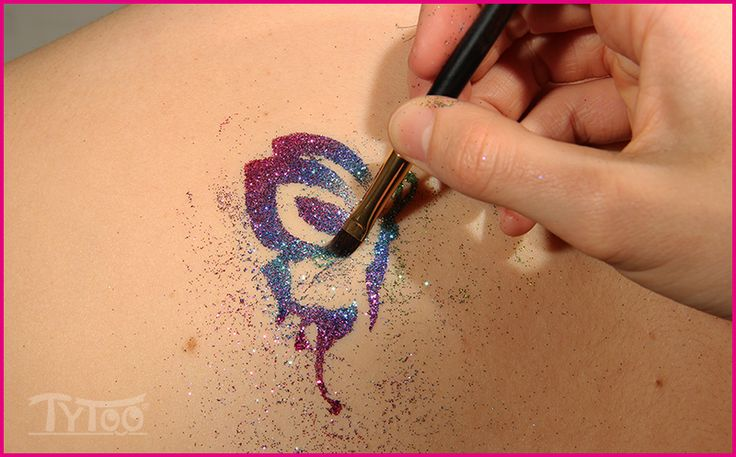 Tudtad, hogy többféle ecsetet is használhatsz csillámtetováláshoz?  Nézd meg, mire figyelj, hogy tartós mintáid legyenek: http://tytoo.hu/csillamtetovalas-blog/csillamtetovalas/milyen-csillamtetovalas-ecsetet-valassz-es-mire-figyelj.html  #csillámtetoválás #glittertattoo #tytoo