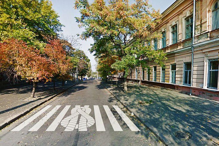 Для оживления городского пространства наземные переходы дополнены тематическими трафаретами. Они изображают морские канаты, напоминающие отом, что Одесса— самый крупный порт страны.