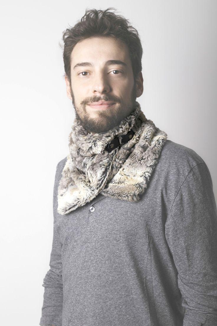 Cuello oscuro de piel sintética con broche en cuero negro. Forro interior sintético. Hecho a mano en España. Descubre más en nuestra tienda online! www.decamino.info
