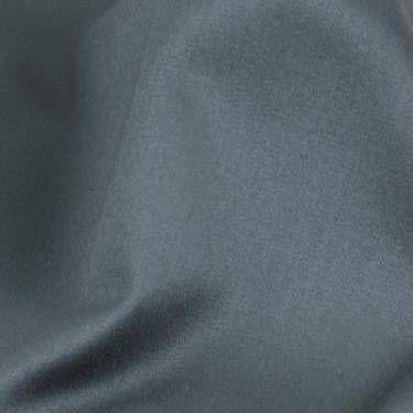 ベネシャン  朱子織、あるいは綾織の変化組織のことで、経糸に梳毛双糸、緯糸に梳毛糸をつかったものが多いが、綿やレーヨン、ポリエステルなども使われることがある。  布面には急角度の朱子線があらわれ、光沢の乏しく厚手であるのが特徴。背広やコート、クッションカバーをはじめカーテン地にも用いられる。イタリアの都市であるベネチアに由来する。  #アパレル #ファッション #ファッション用語 #wiki #生地 #織物 #織布 #マテリアル #テキスタイル #apparel #fashion #material #textile #fabric #woven