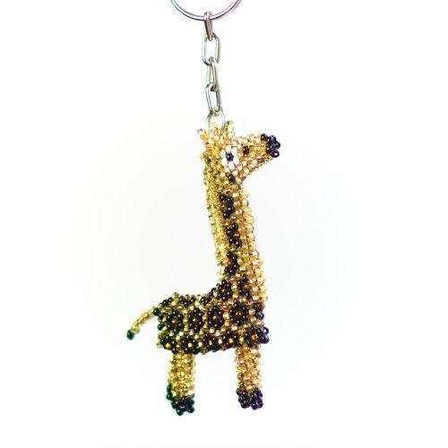 I brunt och guldskimrande gult bildar skickligt handflätade pärlor en söt #giraff att ha som #nyckelring.