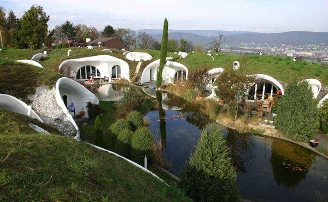 Arquiteto constrói casas subterrâneas com estacionamento, lago e espaço para horta