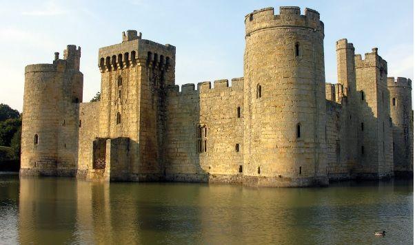 Castelo de Bodiam, na Inglaterra. Estereótipo dos castelos medievais: cercado por um fosso com a ponte e torres arredondadas nos quatro cantos.