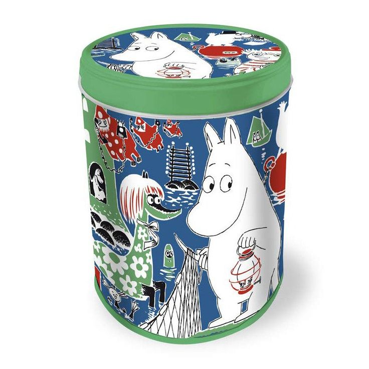 Tasty Moomin cookies for the whole family in a collectable Moomin box. The beautiful tin box will make you happy long after the cookies are gone.Fazer's cookie tin series continues with the beautiful green design! Make sure you get yours! Biscuits 175 g, app. 58 pcs. Ingredients: Wheat flour, sugar, vegetable oil (rapeseed, palm), wheat starch, salt, raising agents (E500, E450), flavourings. May contain traces of milk, egg and soya lecithin. Producer: Fazer Confectionery, Finland. Size: 109…
