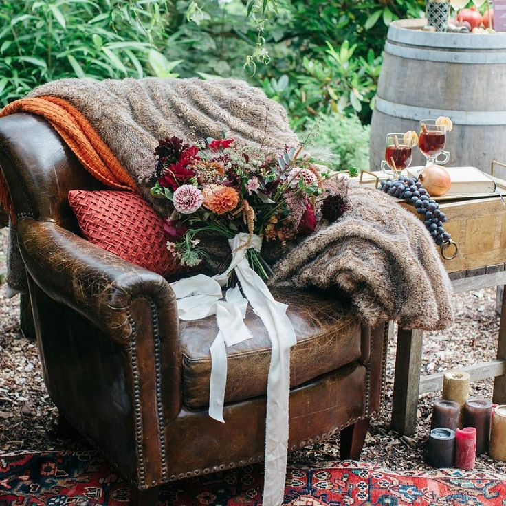 I loved creating this cosy seating and drinks area for our Autumn shoot back in August with @barrow_emma at @weddevon  It was a perfect backdrop for the bridal bouquet created by @hollybee_flowers  I used some gorgeous bits and pieces from @virginiasvintagehire.