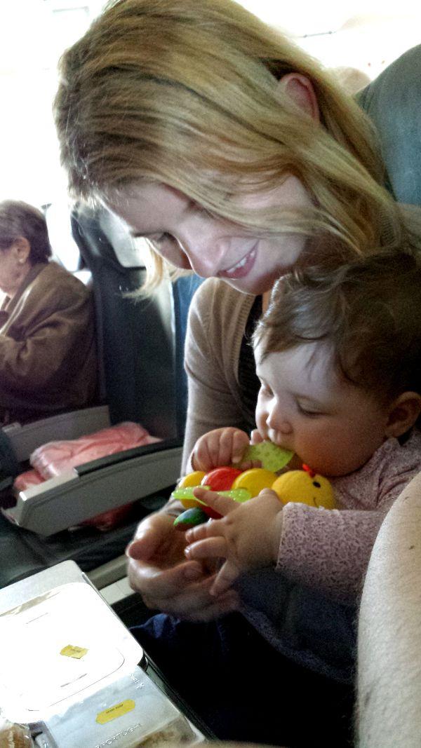 Nu cred că am avut niciodată atâtea emoţii înainte de o călătorie câte am avut la primul zbor cu bebe Ana. După ce i-am făcut paşaportul, am început să îmi pun tot felul de întrebări: Dacă o să plângă încontinuu? Dacă o să uit lucruri esenţiale acasă? Dacă n-o să mă descurc cu schimbatul? Dacă o să deranjăm oamenii cu triluri supărate şi fâţâială multă?  De atunci au trecut patru zboruri cărora le-am supravieţuit fără incidente majore. Concluzia?