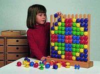 Aximo grzebień drewniany. Dzięki wspaniałej zabawie dziecko rozwija umiejętności manualne wkładając i wyciągając elementy układanki; odwzorowując wzory uczy się logicznego myślenia i pobudza koncentrację uwagi. Tworzenie własnych wzorów rozwija wyobraźnię plastyczną i przestrzenną dziecka.